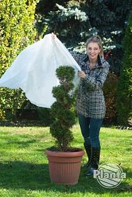 Nakładanie kaptura na roślinę trwa szybciej niż okręcanie jej włókniną