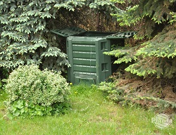Estetyczne, plastikowe kompostowniki mogą stanąć w małym ogrodzie