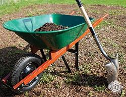 Poprawiając kondycję ziemi można zastosować kompostownik.